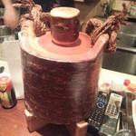 美酒家 忠 - 桜の焼酎のサーバー これ桜の木をくりぬいて作った器だそうで、これに入れた焼酎は桜のほのかな香りが楽しめます