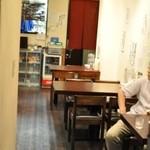 麺屋海神 - 左にカウンター、右にテーブル席