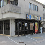 17550196 - 沖縄そば ゆいの外観。店舗前が駐車場。