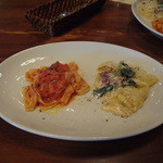 17551699 - 手打ちタリアテッレ(フレッシュトマトとペコリーノチーズ)、手打ちパッパルデッレ(生ハムとほうれん草のクリームソースパスタ)、3分の1