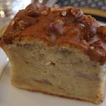 リナジェムス - バナナケーキ。バター控えめでバナナの甘味が引き立ったケーキにナッツを練り込み、しっとりとした口当たりに仕上げました。