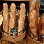 17554066 - スペシャルバケット 280円 フランス小麦100% と バタール(右)フランス小麦50%