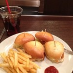 ペンランドカフェ - ミニハンバーガーとドリンクのセット。唐揚げがはさんであります。700円。