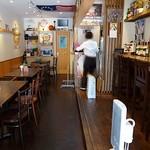 ワッツカフェ - 右にカウンター席、左にテーブル席で、けっこう奥行きがあります