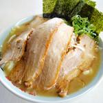 横浜家系 元町家 - チャーシューメン+野菜盛り(トッピング)¥990円 チャーシューの下には野菜がたっぷりかくれてます!