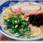 由丸 - 最も正統な博多らーめん。叉焼、青ねぎ、きくらげのオーソドックスな具材、シンプルだからこそ麺とスープの美味しさが伝わります