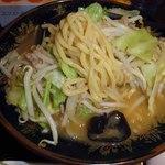 味の八珍亭 - 麺は太麺