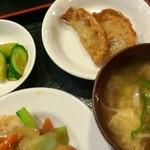 17562341 - 定食のスープ、揚げ物、漬物