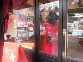 マダムルージュ - 赤いドレスのマネキン