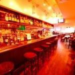 エールハウス - カウンター、バックバーには、厳選のモルトウイスキーが勢揃い。