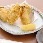 天ぷら ひさご - 海のミルク〜牡蠣(かき)の天ぷら!お塩とレモンでどうぞ。
