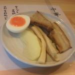 中華そば 慈庵 -  柚子の香りのシナ竹、厚い叉焼、リンゴ,玉子