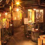 ぼちぼち - 懐かしさ溢れる昭和の風景。細部までこだわった大阪下町風の装飾。面白いポスターや飾りを発見するかも♪