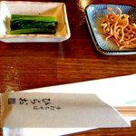 1759833 - 注文いたしますと最初に蕎麦を揚げたものと野沢菜が出てまいります
