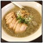 航 - 目黒ブラック煮干しそば。チャーシュー増し。 イカスミを思わせる真っ黒なスープ。 異様に美味い。