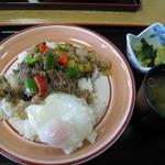 あこや会館 - 料理写真:牛肉のバジル炒め丼