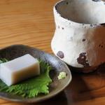 手打ちそば 日出や - そば茶とそば豆腐が。
