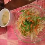 マナカマナ - セットのサラダ。ドレッシングが美味しくていつも何か気になります。