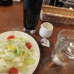 KJワイナリー - サラダとアイスコーヒー