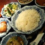 メナムのほとり - Aランチ(グリーンカレー、トムヤムクン、サラダ、炒め物、デザート)