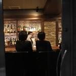 バー イースモア - ガラス張りのドァですね、若い綺麗な女性がお二人で