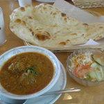 1760395 - ひき肉と天ぷらのカレー(ミディアム)、サラダ、ナン、ラッシー