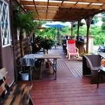 17603267 - 手前がアイス屋さん。向こうはカフェ