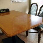 ママキッチン 味々亭 - テーブル