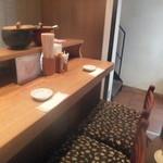 日本橋 天丼 金子半之助 - カウンター席♪奥に2階に行く階段が・・・