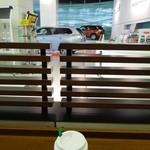 スターバックス・コーヒー - 三菱のショールームを眺めながらコーヒーが飲めます