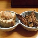 呑み食い処ぼぎぃ - 突き出し(イワシの蒲焼き風、厚揚げとつくねの煮物)