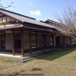 常盤荘別邸 霧島津 - 広い庭のお店です。