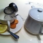 17609661 - 紅茶とクッキー