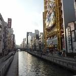 豚美 - 道頓堀川。 1612年、木津川へ注ぐ堀川の開削が開始され、1615年完成。 昭和初期まで、劇場が並んでいて、歌舞伎、人形浄瑠璃など、様々な舞台芸能が催されていた。