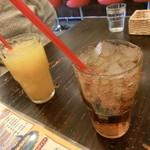 ハイファイブ バーガーズ - オレンジジュースとジンジャーエル。氷が沢山(笑