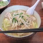 らーめん神 - もつらーめん700円。プリフワな牛モツ大5切れ入り。野菜もたっぷり!豚骨ブレンドの優しいスープです。