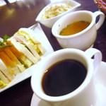 喫茶 神戸館 - ランチのミックスサンドセットです サラダ、スープ付き