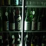 巌廻 - 日本酒冷蔵庫。注文は番号でお願いします。