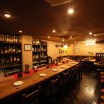 大人の洋食屋さん ぶると味 - 重厚な雰囲気のカウンター。