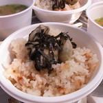 島田水産 - サービスでついてくる牡蠣飯と味噌汁