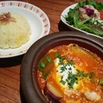 17631872 - 季節の野菜と鶏ひき肉のタジンカレー(950円)カレー、ライス、サラダ、デザートのランチセットでした♪