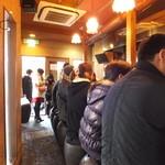 つけ麺 椿 - 食券を購入し奥から並んでいきます、
