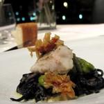 17640162 - 2013.2 甘鯛と焼き空豆のぺペロンチーの 鱗のクロッカンテ イカスミを練り込んだタリオリーニ