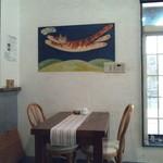 cafe KO-BA - 白壁にアンティークなテーブル