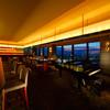 オーヴェスト - 内観写真:片面一面の窓に広がる夜景とピアノ演奏を演出に