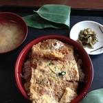 和田小屋 - カツ丼。土曜だからか、一気に作って切り分けた感じ。美味しいけど。