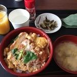 和田小屋 - カツ丼。平日だからか、丁寧にひとつひとつ作ってあって、たまごふわふわ。すごく美味しい。