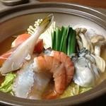 ほんのり - 冬限定で鍋料理もやってます。写真は「海鮮の寄せ鍋」(約2人前1800円)