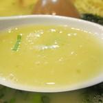 麺場 鶏源 - 博多水炊きをさらに濃縮さたようなものを彷彿させるコラーゲンたぷりの白濁スープ