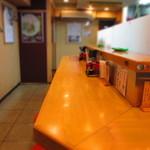 麺場 鶏源 - L字型のカウンター席のみで丸イスが17脚